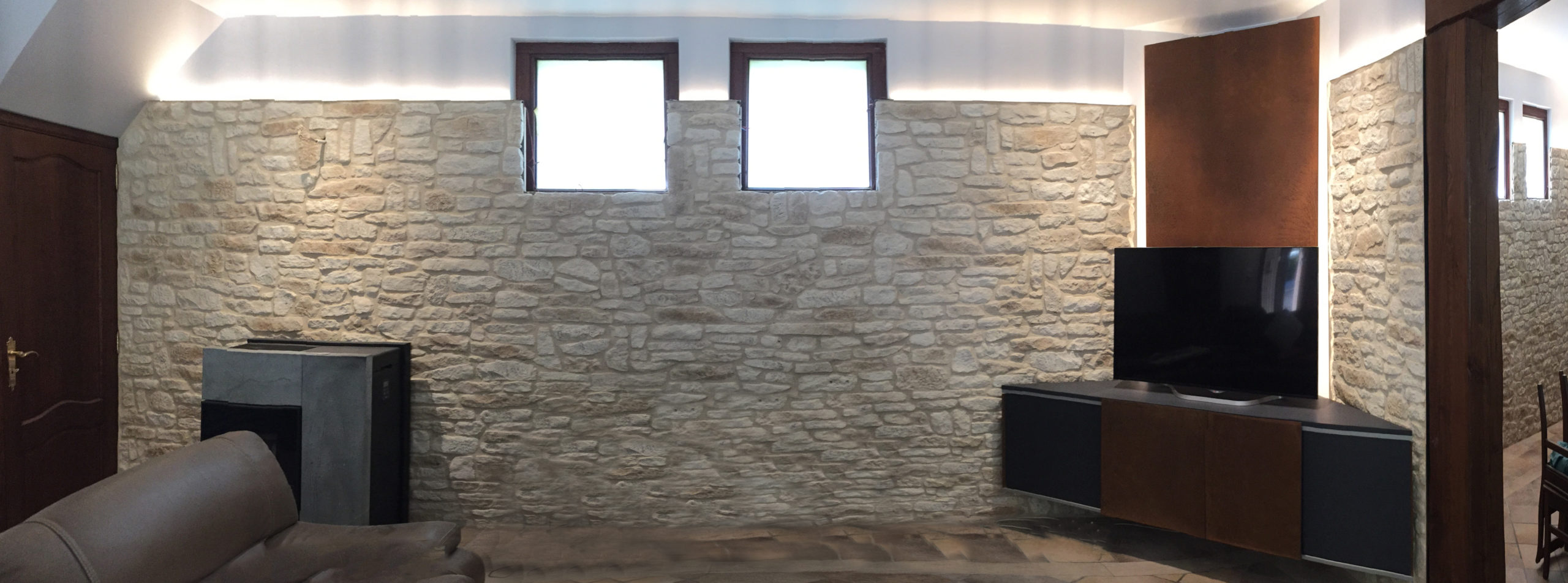 parement faux moellons et meuble hifi/bois et corten + éclairage indirect